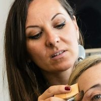 Make-up artist professionista esegue lezioni di trucco beauty, body painting, self make-up